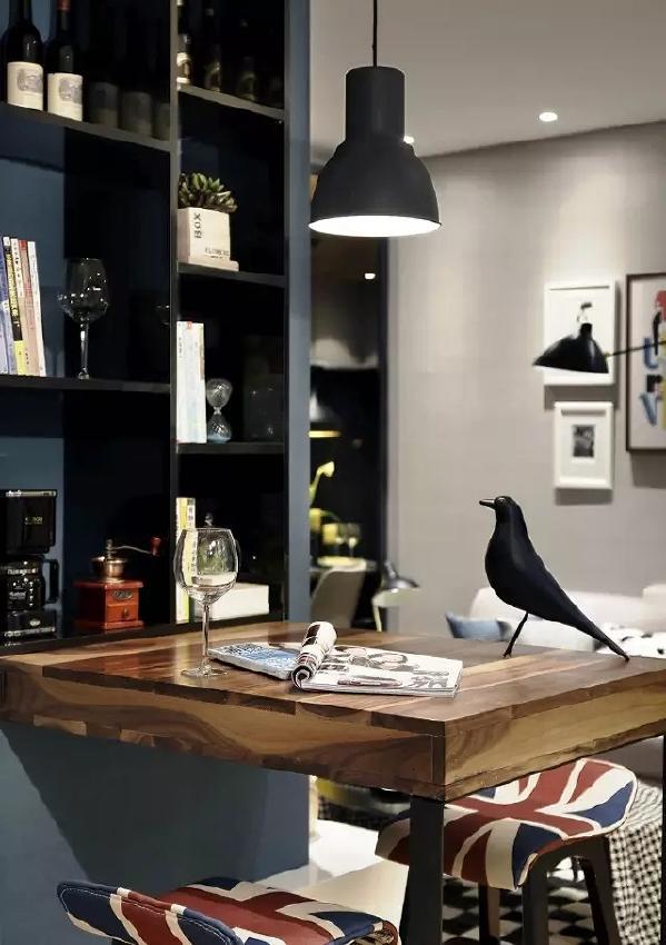 书房布置的很贴心,除了办公,这里还是待客聊天的好地方。