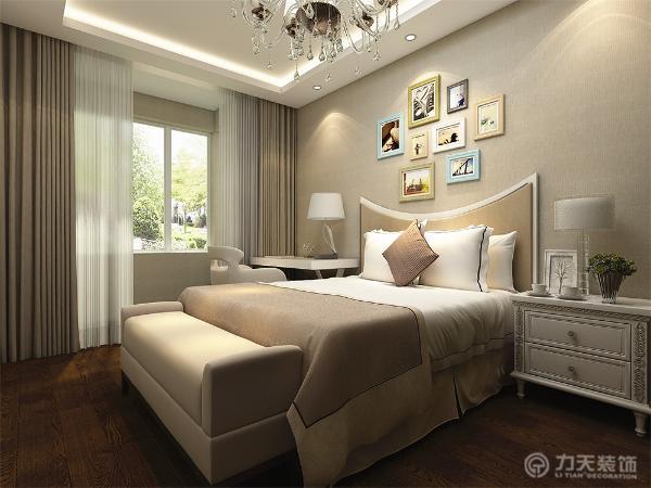 主卧室背景墙用挂画做装饰,白色的床整体体现温馨的感觉,柔和的色调,不会显得混乱。