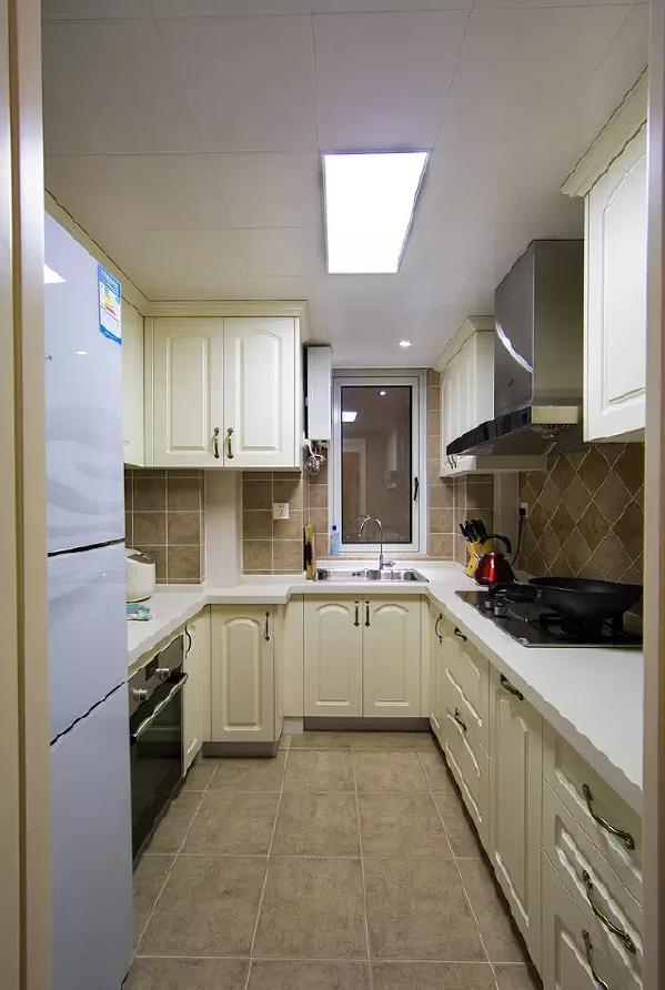 厨房选了U字型厨柜,将使用和收纳的利用率达到最高。