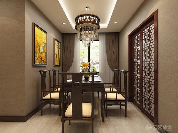 餐厅与客厅相对。厨房、餐厅也是运用深色木纹的桌子,椅子和柜子,具有整体性。