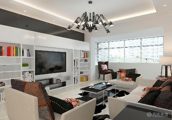 业主喜爱黑白调的简约风格要求空间自由功能设计充分。在空间功能设计上将客厅阳台的垭口拆除一部分以充分获得自然采光。