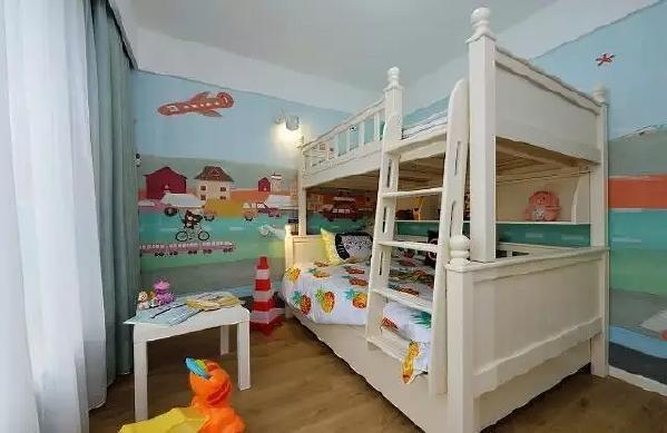 ▲女孩房全屋海洋风的壁画,灰白色的高低床,让空间充满童趣。