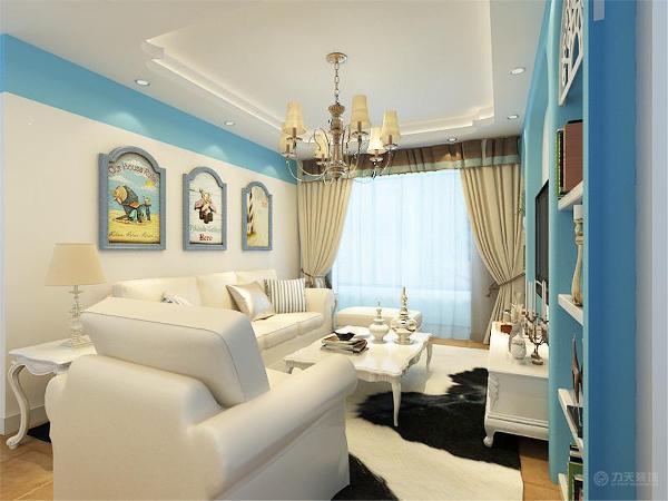 沙发背景墙用3幅挂画简单装饰。餐厅区域只摆放了用餐所涉及的一些家具。