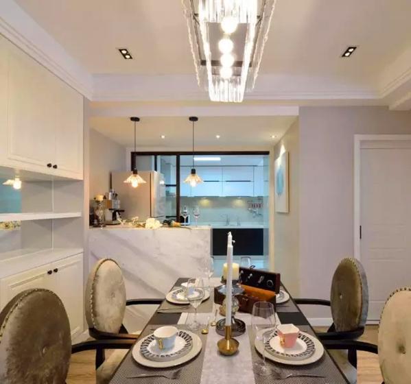 ▲ 玻璃移门将厨房一分为二,中西分离,半墙吧台增加视觉层次