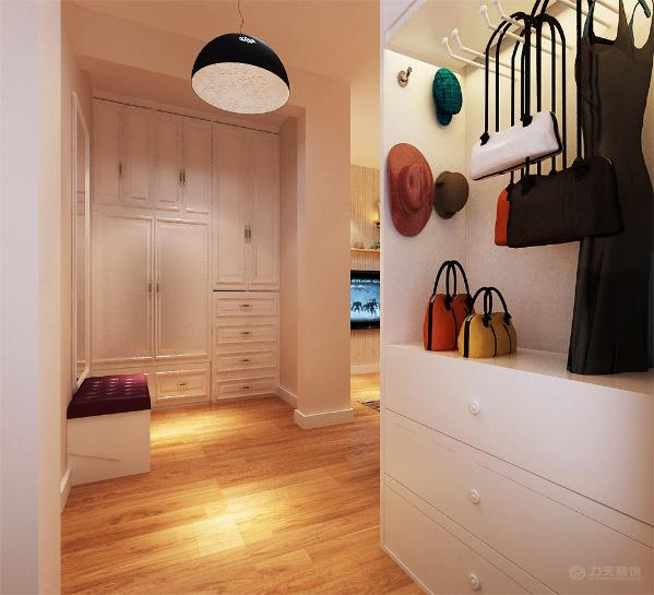 入户处的通体鞋柜为整个空间增加了更多的储物功能。总之,整个环境与家具搭配起来,给人一种清新自然的感觉。