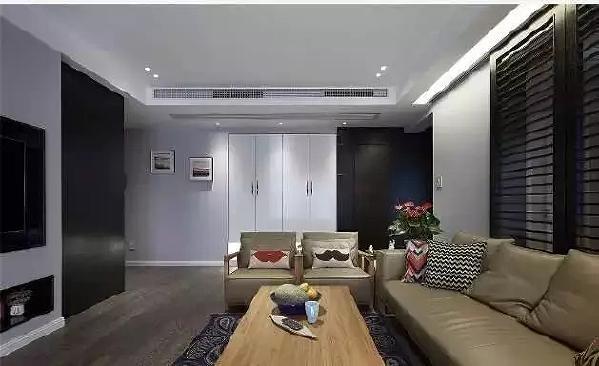 沙发背景用深色木质移门,成为和书房间的隔断,又作为装饰增加了整体的视觉美感  。