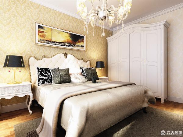 卧室整体用欧式壁纸填装而成,给人一种焕然一新的感觉。由于线条简单、装饰元素少,现代风格家具需要完美的软装配合,才能显示出美感。