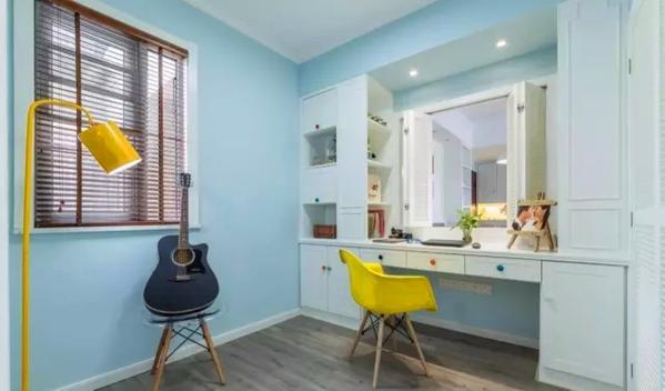 ▲ 和餐厅一窗之隔的书房,同样蓝白黄的完美搭配