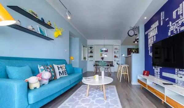 ▲ 蓝紫色世界地图壁纸作为电视背景墙很大胆,客餐厅一体有着开阔的空间感
