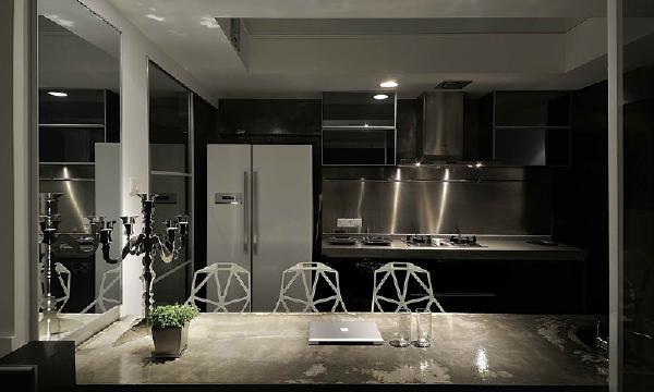 餐厅与厨房的设计尽量将空间最大化的合理利用,金属材质具有未来感,易于打理,也非常耐用。