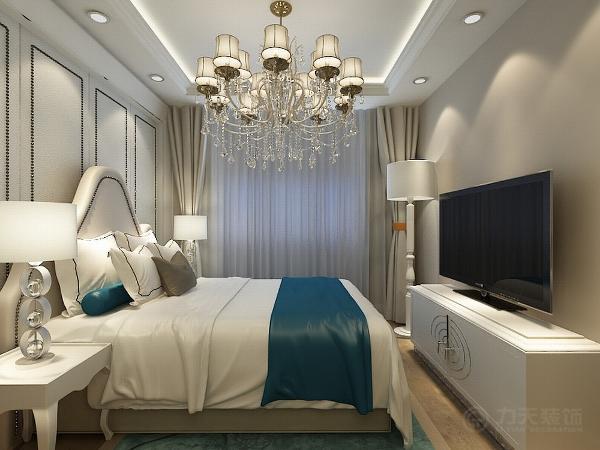 卧室就相对来说简单些,偏暖的乳胶漆撘配白色家具以及背景墙。三者相互呼应对比,时尚又不失温馨。