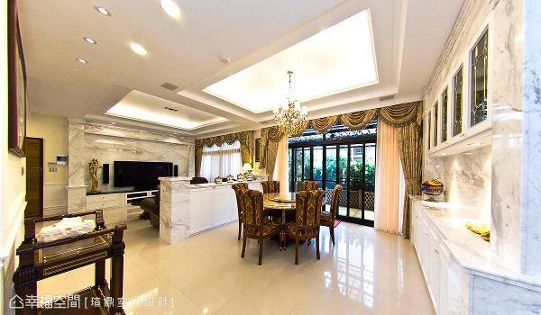 半高的银狐大理石沙发背墙,界定出客厅和餐厅段落,带来前后对称的视觉效果。
