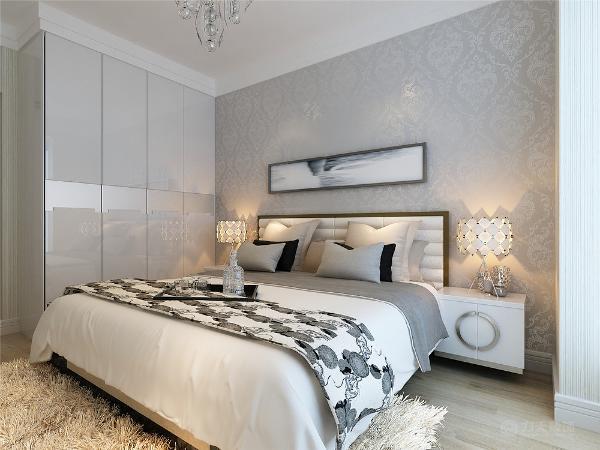 沙发采用浅咖色布艺沙发,给人以大气庄重的感觉,不需要太多的装饰和颜色,沙发背景墙采用异形镜子的造型。周围墙面用的都是浅咖色的乳胶漆。