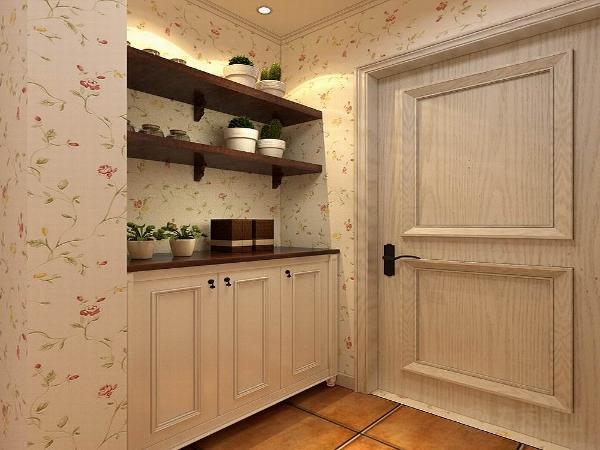 这套户型整体家居以木材和布艺为主,入户门玄关的地方放置了一个田园风格的边柜,和储物架,客厅、餐厅地面整体采用600*600的复古砖铺装