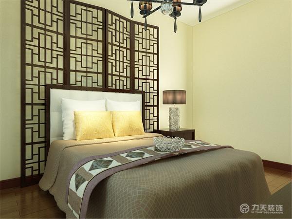 主卧室窗户那边是定制的柜子床头墙放的是中式的镂空隔断,地面选的是深色的木地板。