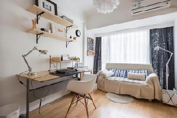 书房有长条形工作台+沙发+整面墙的衣柜+一面书架墙。