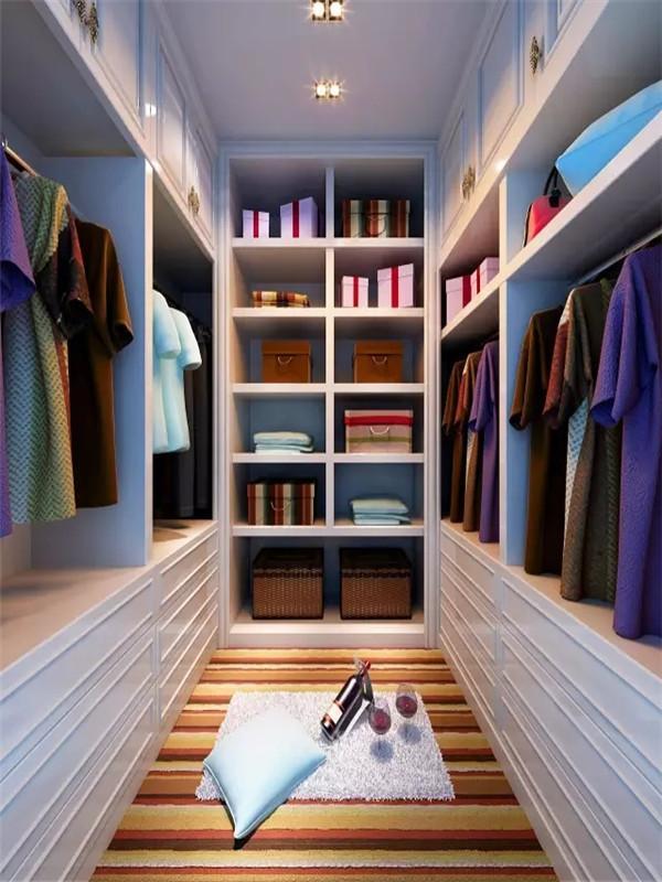 衣帽间的储物柜一直装到屋顶,任何角落都不浪费。从上到下那么多空间,衣服、帽子、鞋子就都有地方放了。
