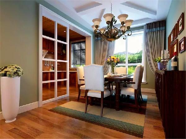 餐厅和厨房相连,视野开阔,往来方便。实木餐桌、椅子,靠背和椅面设计成白色,简约、优雅又时尚。靠墙装一排柜子,既可以放烛台、红酒,也可以收纳一些杂物。