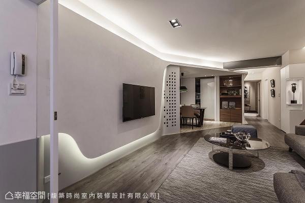 圆弧造型的电视面墙,从入门处延续到餐厅,并辅以灯带的映照,让空间主题更加鲜明。