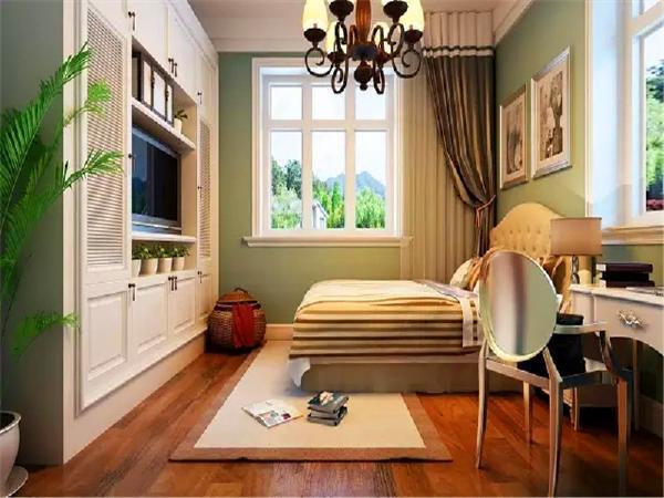 多开几扇窗,床放在卧室一角,窗前放一张桌子,墙上装个简易的书架,在这里看书、办公、梳妆打扮都不错。