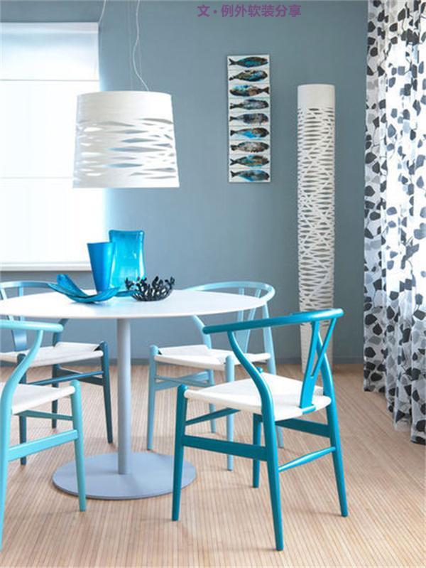 1、不要用蓝色装饰餐厅   蓝色,是一种令人产生遐想的色彩。传统的蓝色常常成为现代装饰设计中热带风情的体现。蓝色还具有调节神经、镇静安神的作用。蓝色清新淡雅,与各种水果相配也很养眼