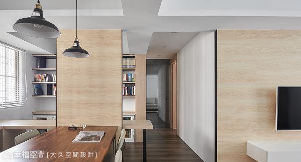 缩短书房墙面后放大廊道面宽,并运用灰镜立面隐藏客卫浴门片,以及延伸廊道视野。