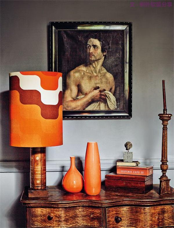 7、橙色会影响睡眠质量   橘红色又或是橙色,是生气勃勃、充满活力的颜色,是收获的季节里特有的色彩。把它用在卧室则不容易使人安静下来,不利于睡眠。但将橙色用在客厅则会营造欢快的气氛。
