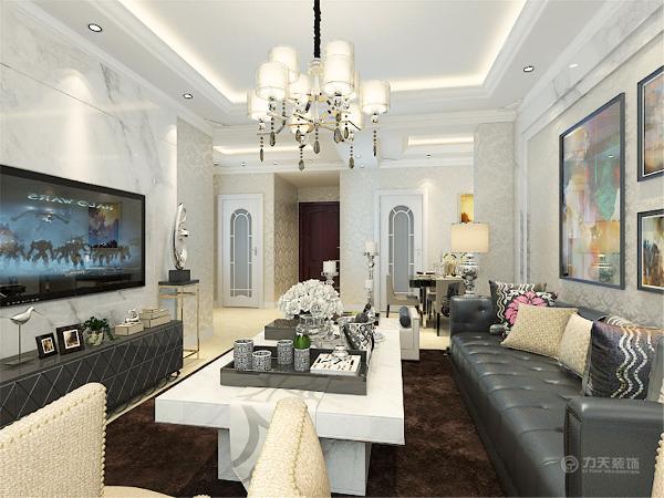客厅是整个空间的设计重点,沙发背景墙采用了带有纹理的大理石做边框,墙面铺上欧式花纹的布艺壁纸。里面在用几幅装饰画做装点,让整面墙不显得空洞。