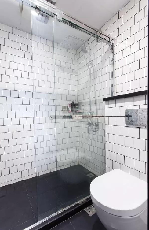 由于个人原因,男主人取消了气窗,使用排气扇。马桶做了挂壁式水箱,利用墙面来铺设管道。既方便打扫,也可以适当的移动位置,平面布置上也会更加灵活。