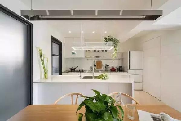 厨房是开放式的,与餐厅相邻,下厨时还能与家人互动。