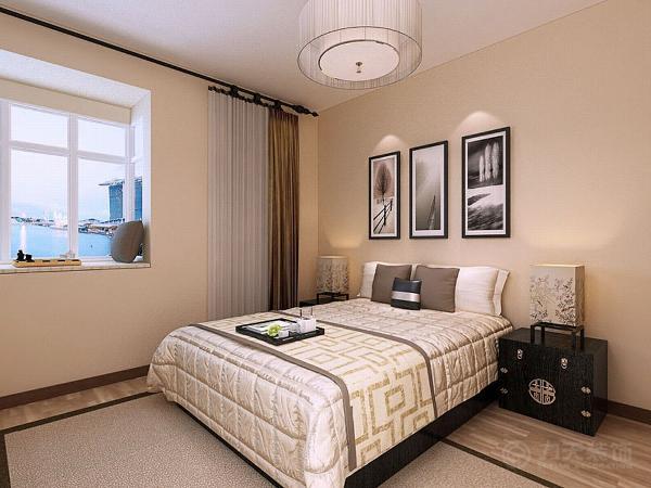 主卧部分同样选择了米黄色的乳胶漆,在床头放置了三幅画作装饰,飘窗下面铺了一个软垫子,上面放置了国际象棋,以便业主在休息时间娱乐、享受。