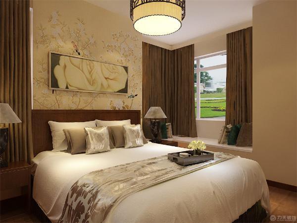 次卧墙面同客厅一样,刷浅咖色乳胶漆,同时配以艳丽的时尚照片。