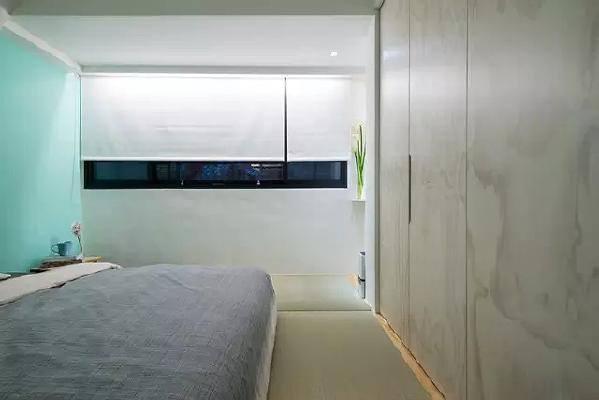 床尾设计了一排嵌入式的衣柜,给单调的墙面带来不一样的装饰效果。