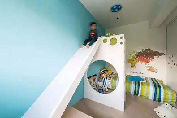 定制的带滑梯的高低床给孩子提供了娱乐设施,让孩子的童年更有趣。