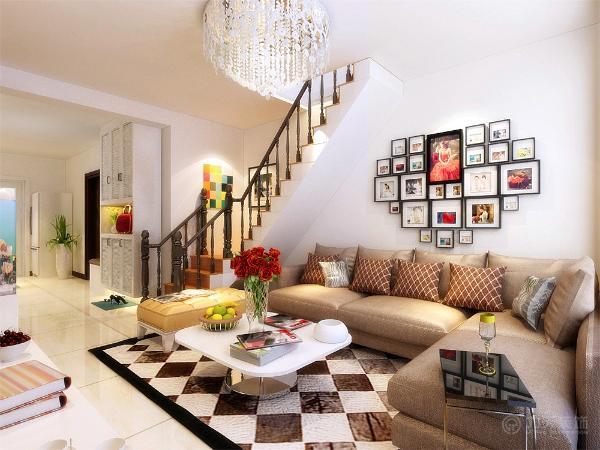 电视柜是以白色烤漆组成。沙发背景墙是以心型的婚纱照照片墙为主,整个空间的软装搭配以咖色为主较为稳重,色彩丰富的抱枕来作为沙发上面的一抹亮点