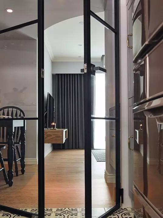 ▲ 用黑色铁件玻璃门隔开餐厅和厨房