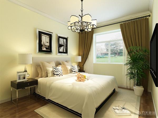 主卧室整体墙也是米黄色乳胶漆,只有床头背景贴有壁纸。顶面是简单的石膏线圈边吊顶。由于线条简单、装饰元素少,现代风格家具需要完美的软装配合,才能显示出美感。