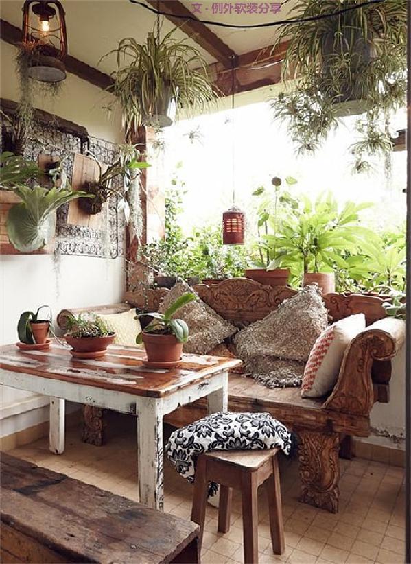 每一种特别的材质,都会让我们联想起某一个地方,埃及的长绒棉,葡萄牙的软木,东南亚的藤编,从这里拿起一只珍珠母贝的装饰碗,从那里捧起一盏珊瑚灯,让我们有机会将旅行中获得的灵感展示在家中。