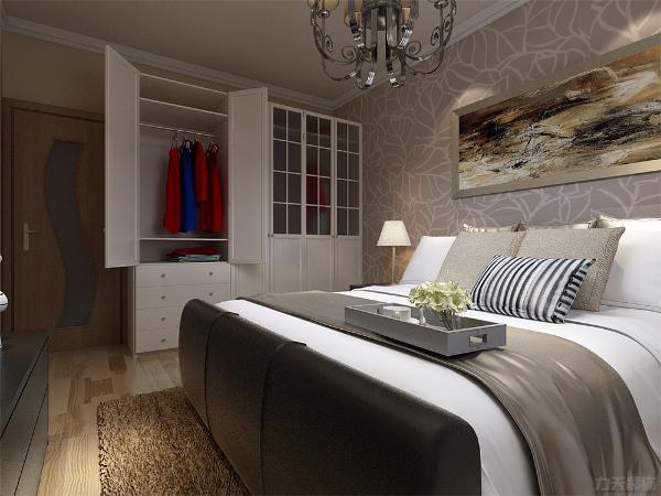 卧室的深色壁纸使得空间厚重,与黑白相间的床在一起做搭配不会显得兀突跳跃,白色混油的衣柜,在衣柜中做装饰的大红色与深蓝色的衣服形成明显的对比,房间内德电视柜与电视背景的奶咖色形成对比。