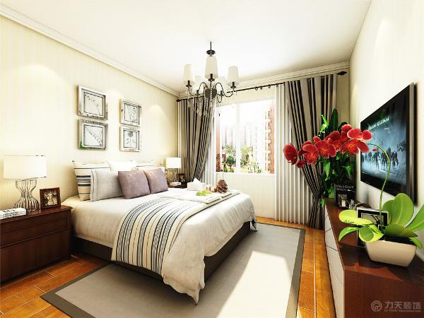卧室的吊顶没有采用过于复杂的吊顶,只是简单的圈线,没有给人更多的复杂感,简单米黄色的壁纸和白色床体的简单颜色的设计让视觉上会感觉更加的亲近。给人已随意感。