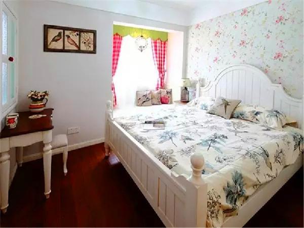 主卧:床头墙用繁花的壁纸打造,让卧室显得生机勃勃。飘窗提供了良好的采光,格子的窗帘自带休闲风,让卧室呈现出慵懒的气息。