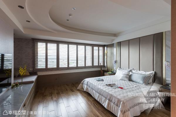 绵延连贯的床头背墙造型,其实暗藏了小型储藏间;常见于窗边的卧榻机能,则调整至电视柜一侧,让坐卧间更悠闲自在。