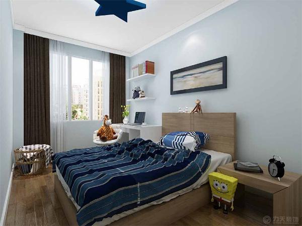次卧室是一个儿童房,墙面为浅蓝色乳胶漆,书桌用的是白色混油,床搭配木色,床品为深蓝色条纹,给人清新的感觉。整体色调偏暖色系,给人舒适的感觉。