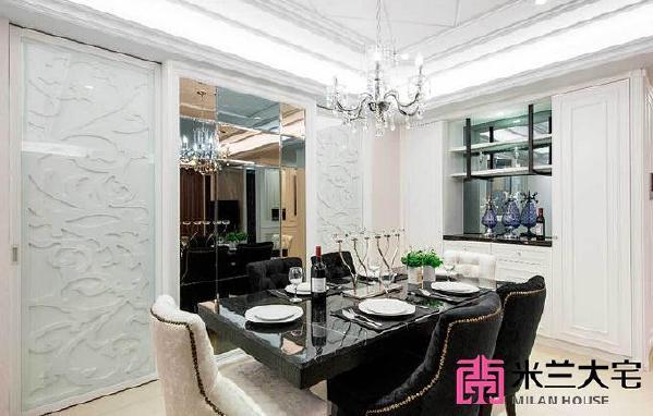 在设计师的雕琢下,餐厅拥有华美与高质感的样貌,璀璨的水晶吊灯辉映镜面主墙,并以雕刻板的门面设计,让整体空间充满层次美感。_副本