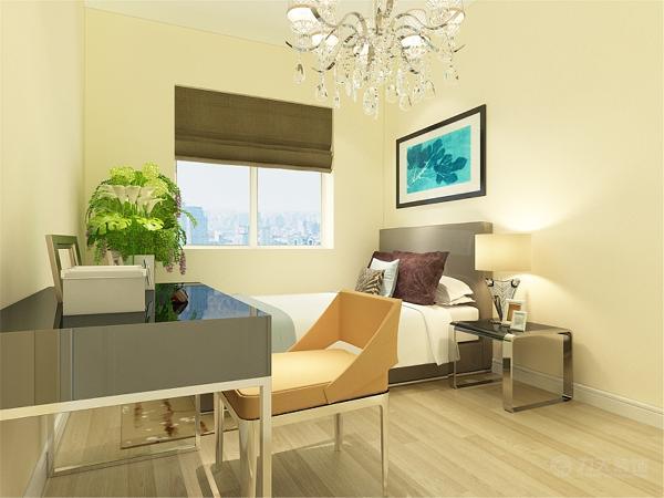 次卧室也是铺的木地板,墙面还是淡黄色的乳胶漆。主卧室地板和墙面跟次卧室一样的,床上的软装选择了深色的,搭配上更好看一些。