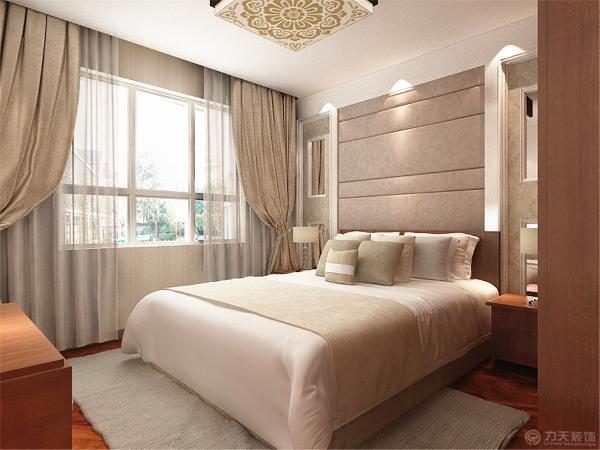 主卧整体墙面为淡黄色乳胶漆,家具主要颜色为木色,整个空间比较干净且十分的宽敞。