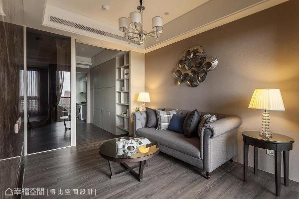 主卧局部以玻璃为隔间,加上将所有机能收整于走道两旁墙面,让自然光不受阻碍进入室内。