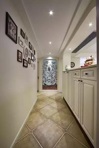 玄关设计 照片墙加收纳柜的经典设计。