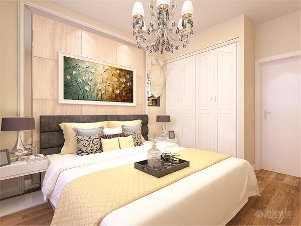 主卧室空间墙面为浅黄色乳胶漆,温馨舒适。床头背景墙做了软包造型,增加了造型感和舒适感。衣柜设计成了内嵌式衣柜,整体感更强。