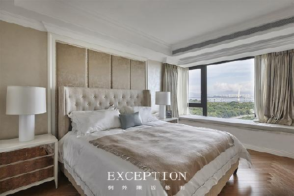 「设计解读·主卧」   浅咖色床屏,轻松地将空间演绎得更加细腻和轻奢。阳光洒入,窗明几净,薄纱缱绻中,弥漫着丝丝爱意。